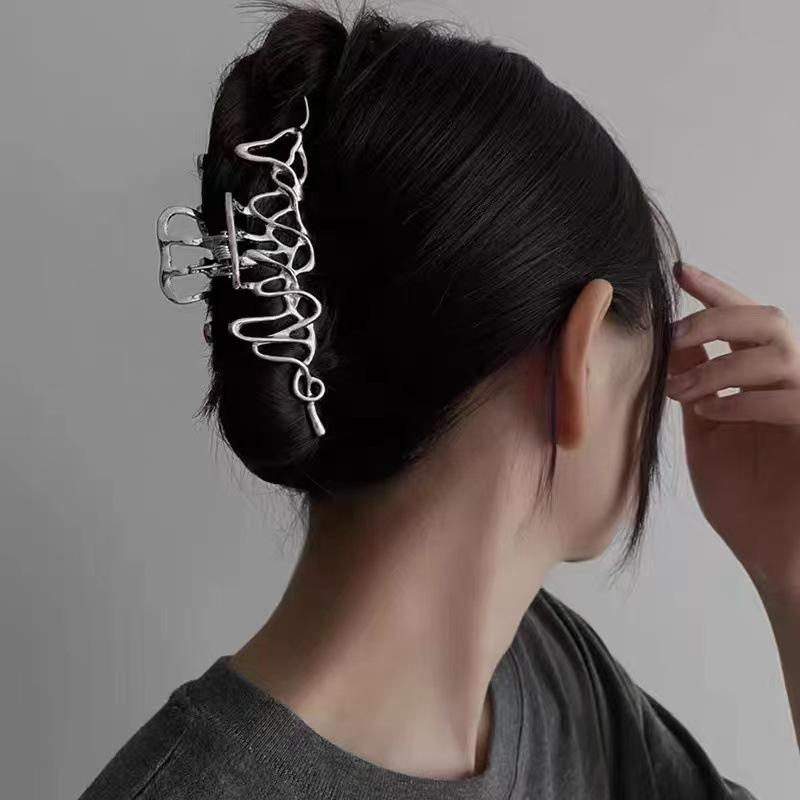 Horquilla de tiburón de captura grande de plata coreana al por mayor tocado de metal líquido irregular accesorios para el cabello NHQIY392185