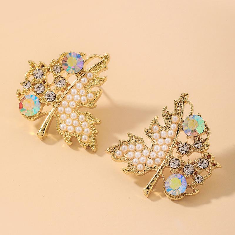 Joyería al por mayor Pendientes de hoja de arce de perlas de diamantes de imitación retro  NHNJ393043